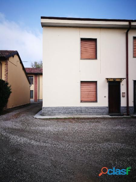 Appartamento da ristrutturare su due livelli + box e terreno a sommo (pv)