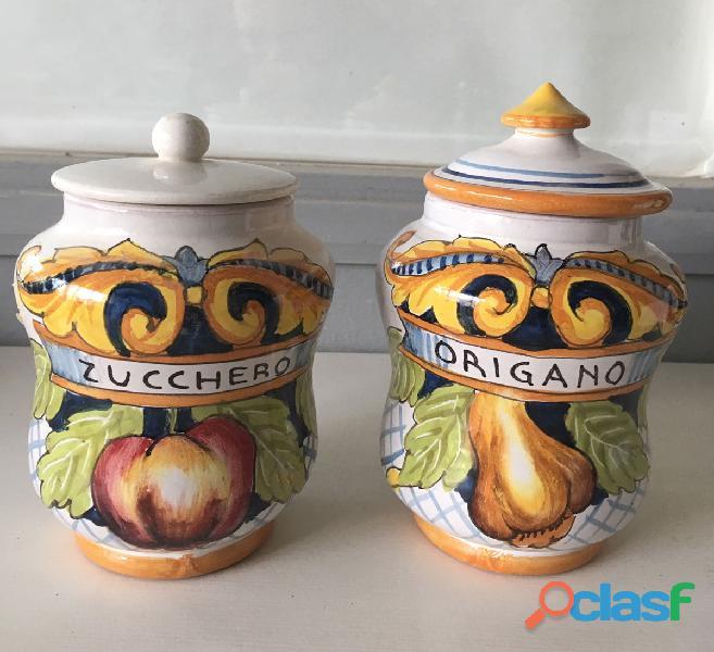 Barattoli in ceramica decorati a mano con coperchio