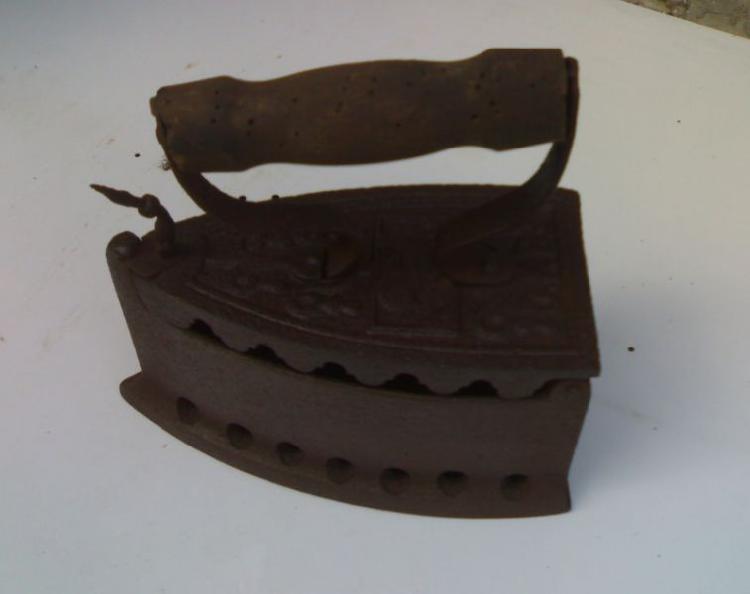 Ferro da stiro a carbone, antico ed originale, marca d.f.b.