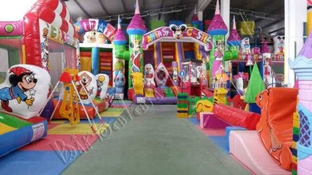 Giochi gonfiabili tappeti elastici playground scivoli
