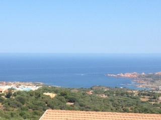 Isola rossa trilocale con ampia veranda e giardino vista