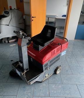 Spazzatrice usata uomo a bordo rcm elettroncia spazzatrice