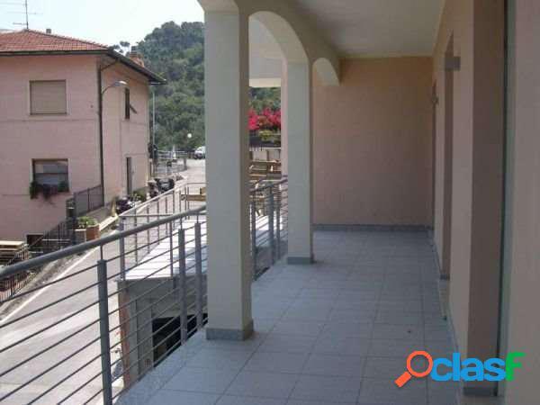 Grande balconata fronte mare e terrazza vivibile
