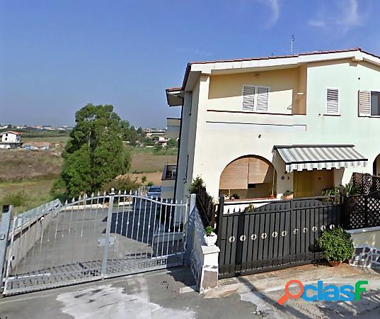 Appartamento in villa cantina e box auto pomezia
