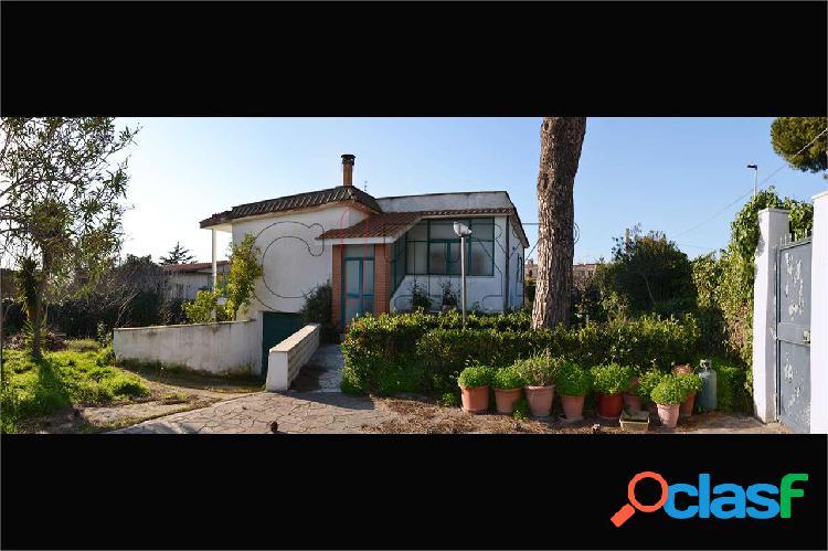 Casa singola due livelli con box e grande giardino