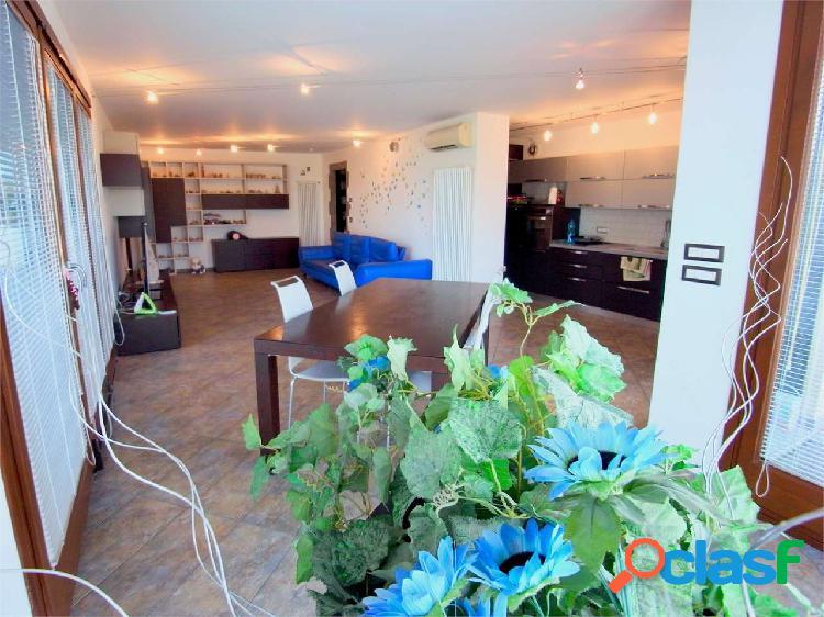 Appartamento con terrazza, box auto e vista mare