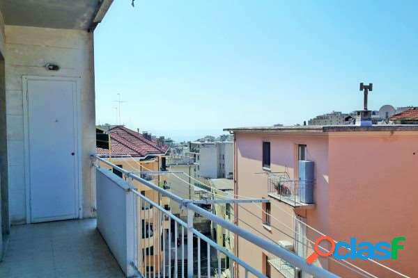 Bilocale semicentrale. balcone. vista mare. vuoto.