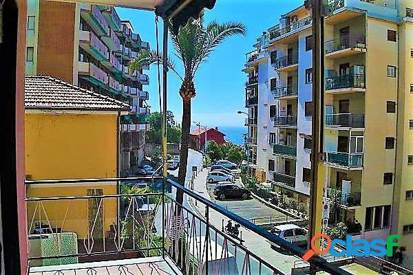 Grande appartamento con balcone vista mare