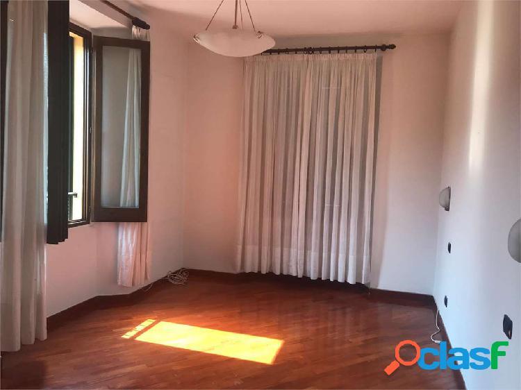 Erba centro: appartamento elegante disponibile