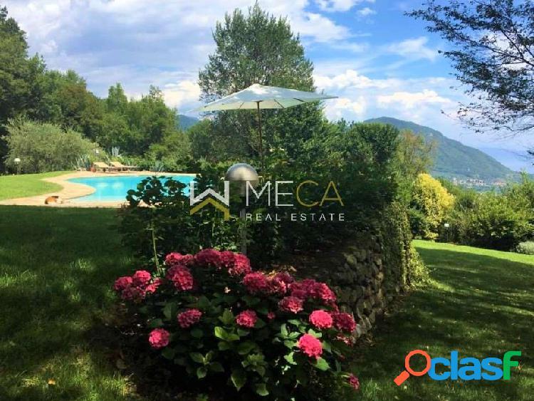 Villa con piscina e vista lago panoramica