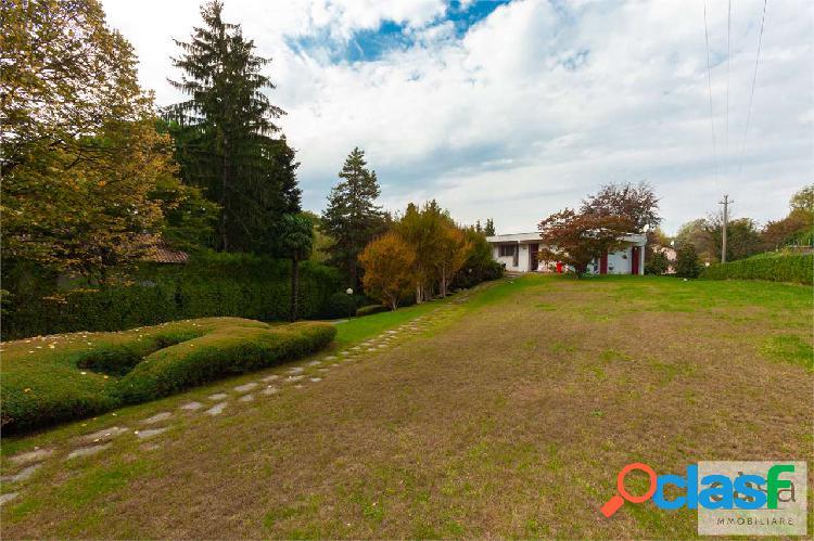 Villa singola in vendita a luvinate, zona golf.