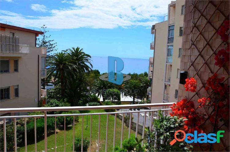 Appartamento su 2 livelli con magnifica vista mare