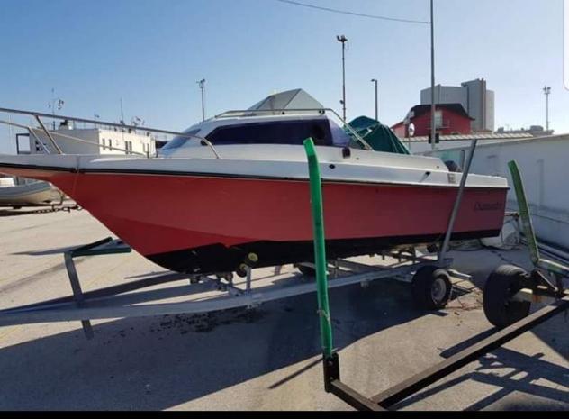 Barca semicabinata con motore fuoribordo