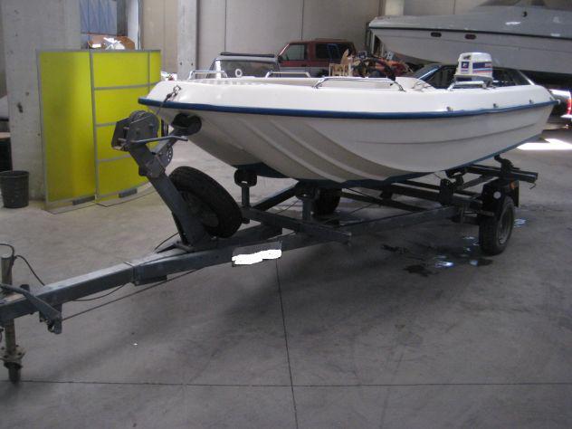 Barca a motore con carrello