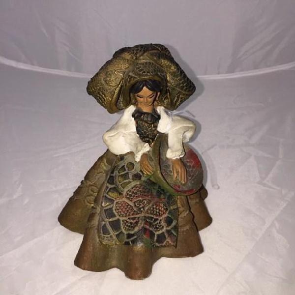 Statuina donna sarda con cesto