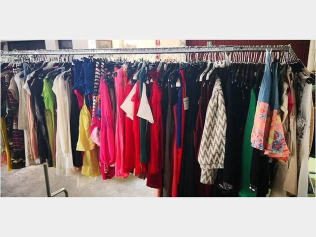 Stock abbigliamento donna estivo pronto moda