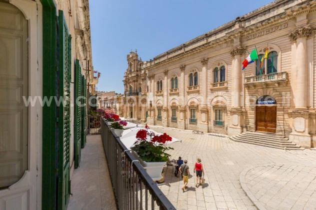 Palazzo / stabile di 650 m² con più di 5 locali e box auto