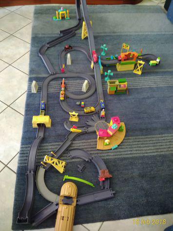 Trenini Chuggington originali con personaggi, stazione,