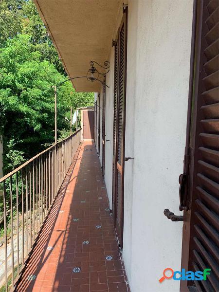 Erba-crevenna:trilocale con balcone