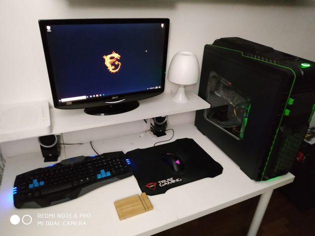 Pc da gaming monitor mouse e tastiera gaming