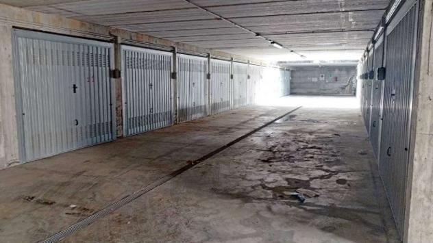 Box / garage di 200 m² con più di 5 locali e box auto in