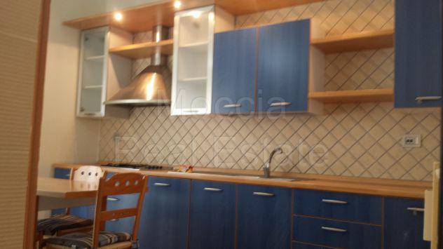 Moccia appartamento trilocale arredato con terrazzo e box