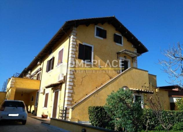 Rustico / casale di 300 m² con più di 5 locali e box auto
