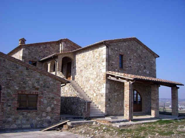 Rustico / casale di 610 m² con più di 5 locali e box auto