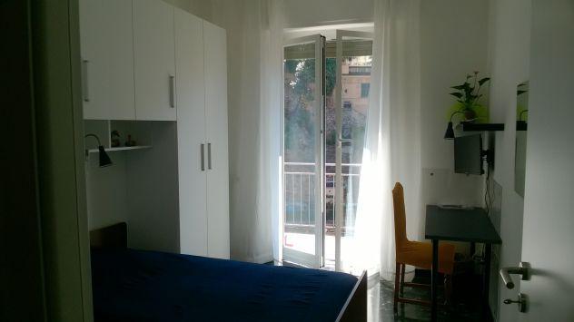 Luminosissima camera arredata con balcone room2