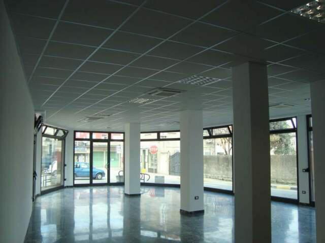Negozio ristrutturato con 6 ampie vetrine molto luminoso