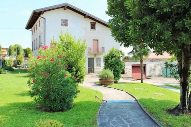 Rustico / casale di 645 m² con più di 5 locali e box auto