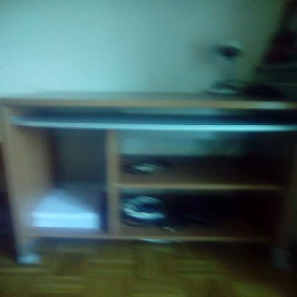 Tavolo / scrivania in legno laminato per pc con rotelle