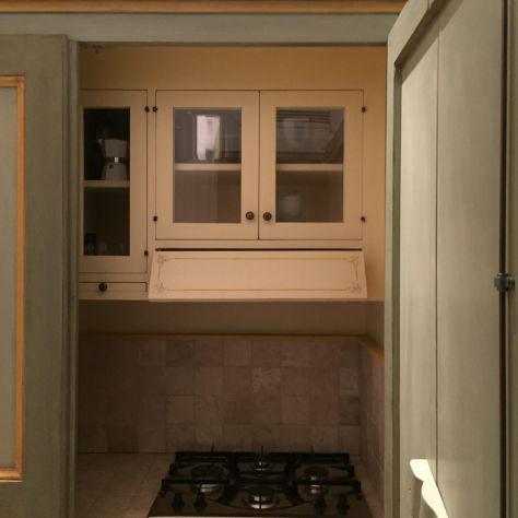 Cucina armadio a scomparsa di legno artigianale su misura