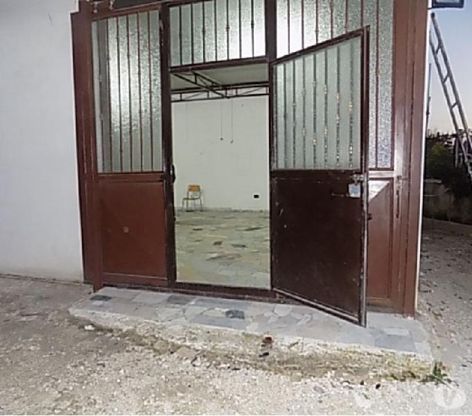 Locale uso deposito con bagno e spazio antistante