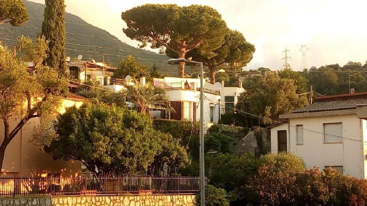 Privato vende villa vista mare con giardino privato