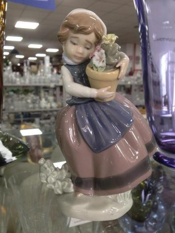 Statuina lladro' bimba vaso fiori