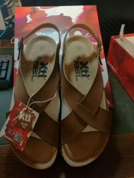 Paio di sandali in pelle nuovi
