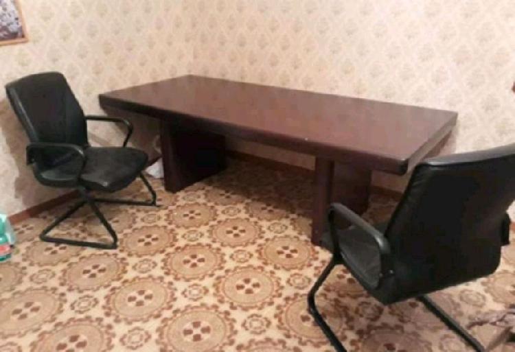 Tavolo da ufficio più due poltrone