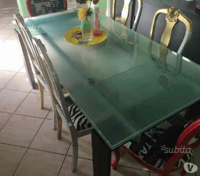 Bellissimo tavolo moderno in vetro di qualità