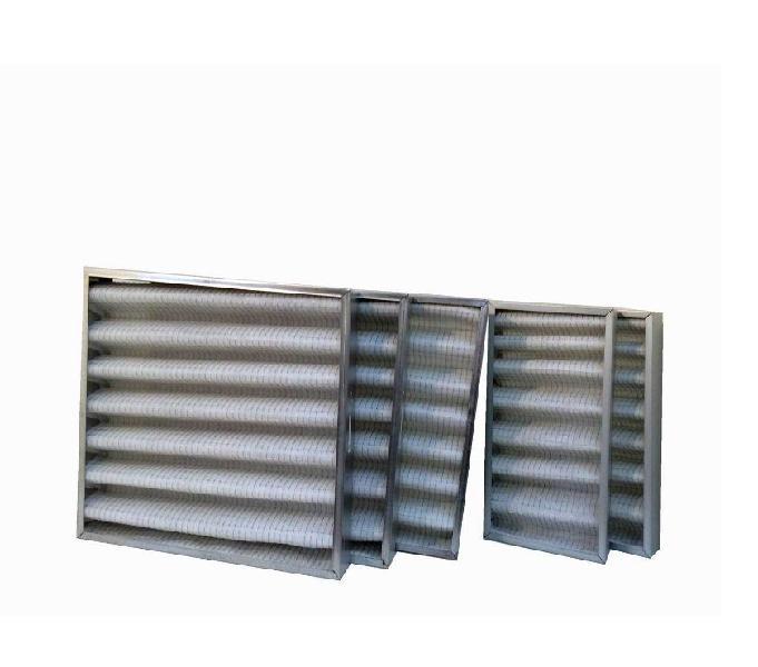 Tre celle filtranti ondulate e due filtri a tasca sintetica