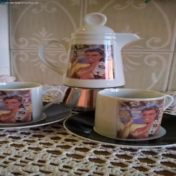 Caffettiera in porcellana con due tazze