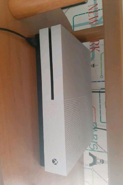 Xbox one s,base di ricarica,batterie e cuffie gaming