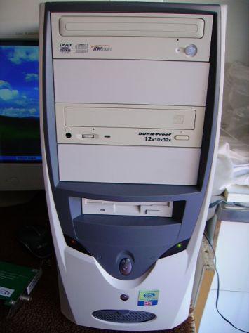 Computer da tavolo completo di accessori