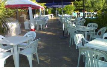 Tavoli sedie ombrelloni