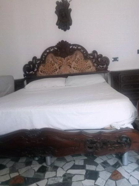 Camera da letto matrimoniale in radica di noce, molto bella.