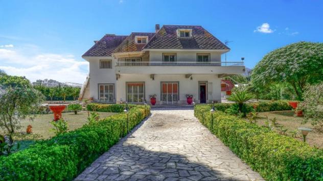 Villa di 300 m² con più di 5 locali e box auto doppio in