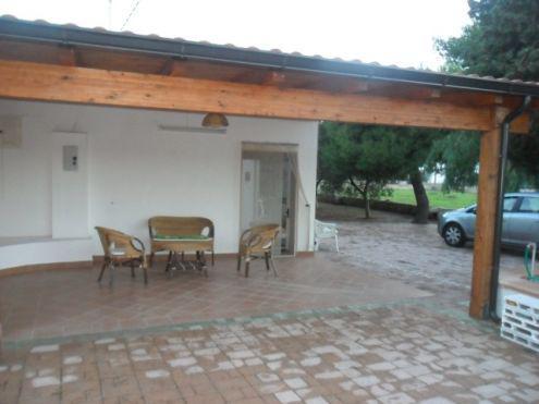 Casa vacanza a torre suda con trullo circondata dal giardino