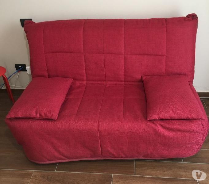 Divano letto rosso con cuscini