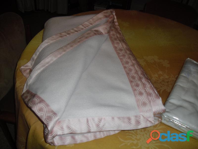 coperta rosa matrimoniale e plaid azzurro