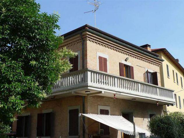 Villa bifamiliare con garage e giardino